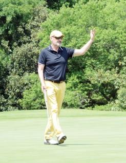 Terry O'Quinn celebrates a good putt on his final hole.