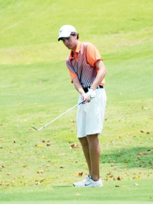 Matt Teaster pitches up for a birdie on the 18th hole at the Coca-Cola Spartanburg County Junior Boys championship.