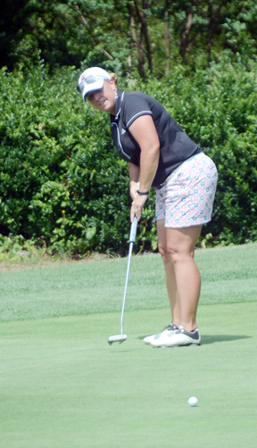 Bagwell sets up to roll in the winning putt at Carolina Springs